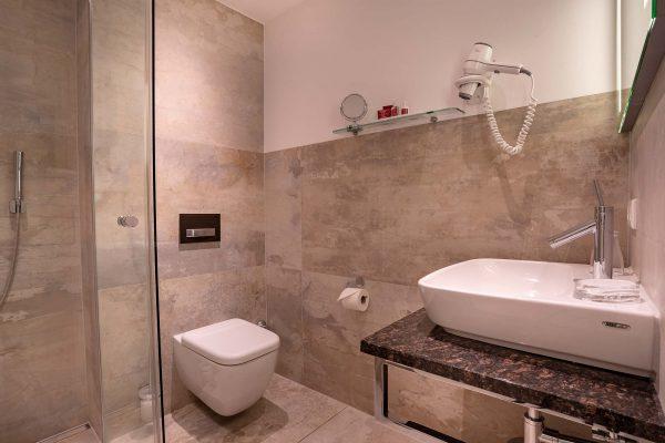 Zimmer 16: Badezimmer | Hotel an der Messe | Frankfurts Geheimtipp · Reisende · Urlauber