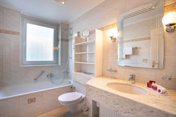 Zimmer 19: Badezimmer | Hotel an der Messe | Frankfurts Geheimtipp · Reisende · Urlauber