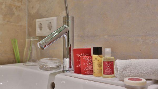 Badezimmer: Wasserhahn und Seife | Hotel an der Messe | Frankfurts Geheimtipp · Reisende · Urlauber