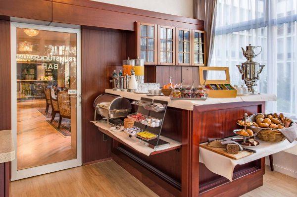Restaurant / Spiesesaal: Bufett | Hotel an der Messe | Frankfurts Geheimtipp · Reisende · Urlauber